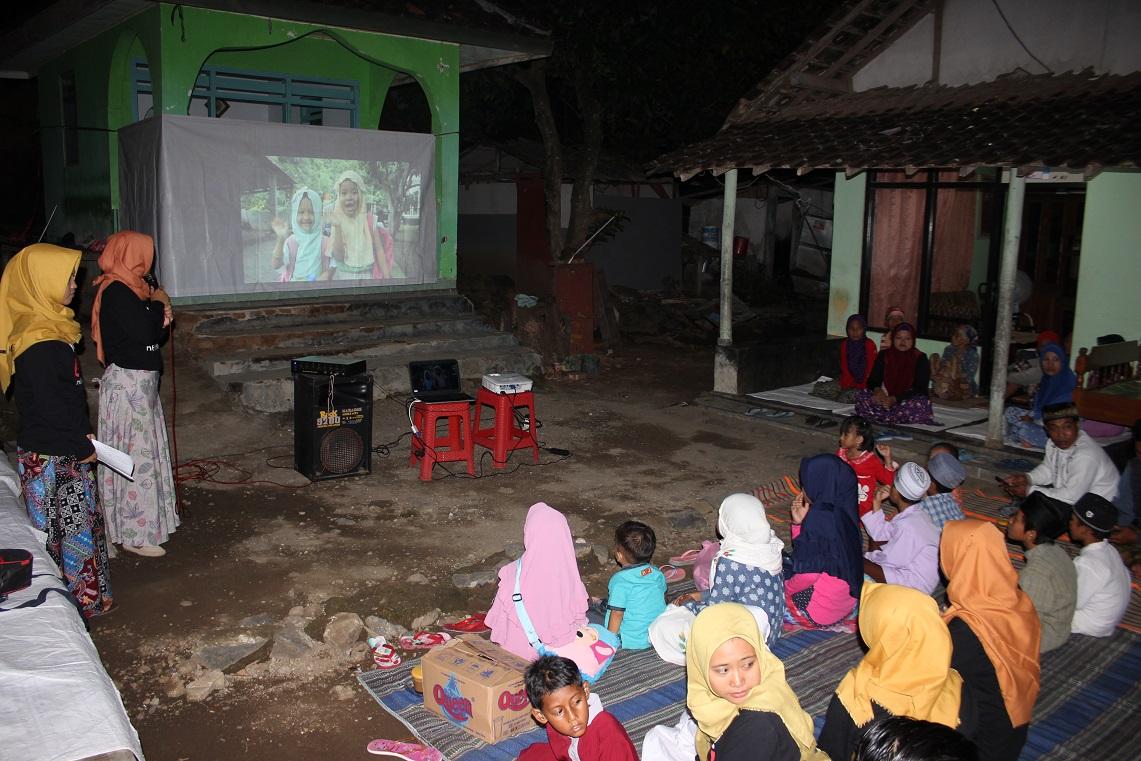 Di Bawah Kaki Gunung Remuk, Relawan Gelar Sekolah Pengasuhan
